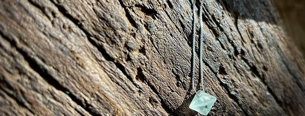 Fluorita Octaedra Verde corrente de prata curta