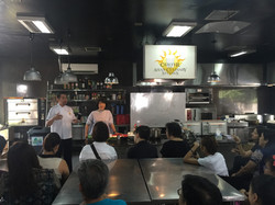 フイリピン最大の料理学校で講師の指導を行う