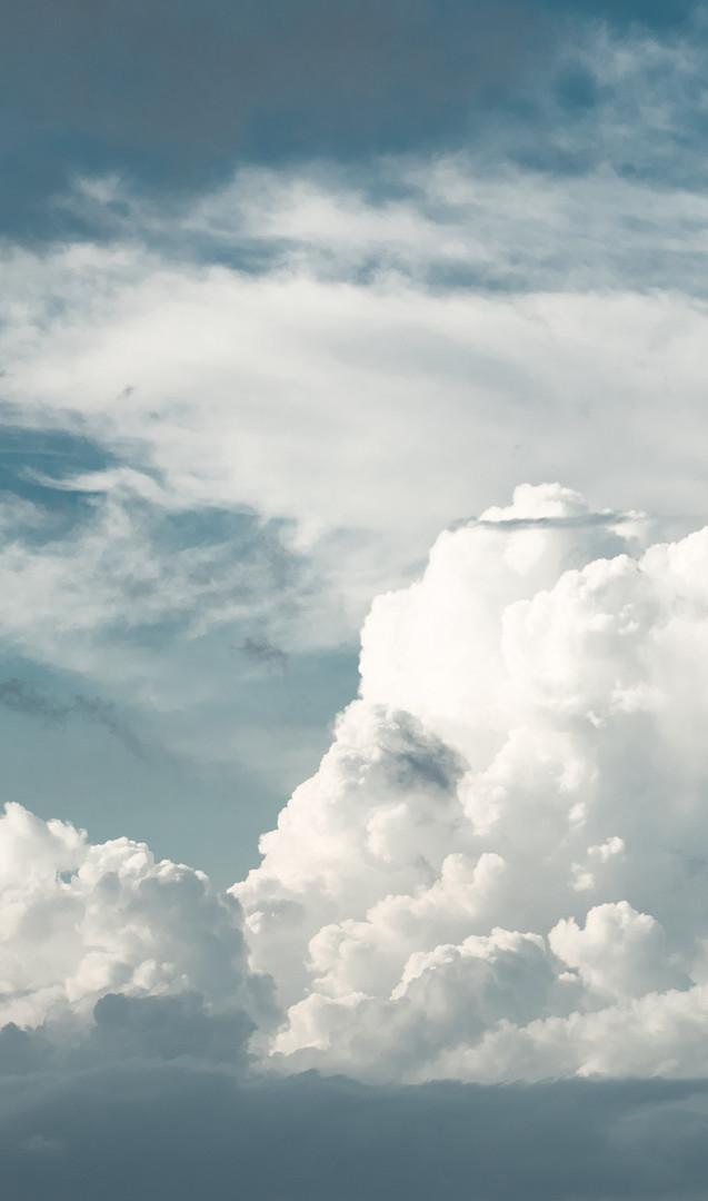 Nuvens distantes acima do horizonte