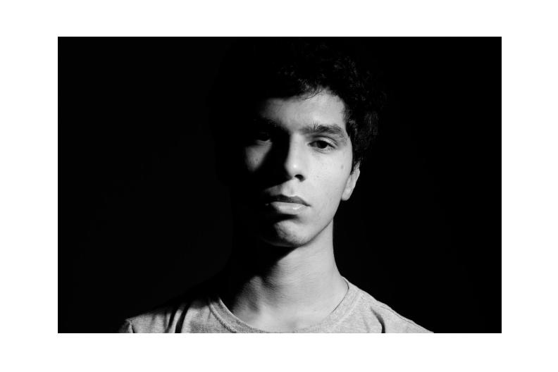 Autorretrato em preto e branco, de João Vitor Soares