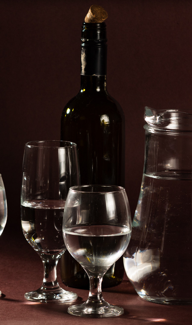 Vidros. Taças, jarro e garrafa