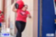 Chica carga balón de Crossfit en Sabadell