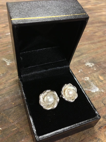 Pearl and silver flower (stud earrings)