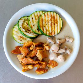 Gegrilde courgette, champignonsaus en krokante kipstuckjes