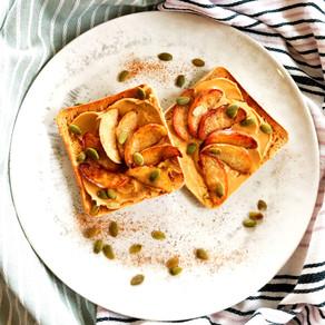 Toast met pindakaas en kaneelappeltjes