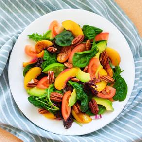 Zomerse salade met gegrilde perzik