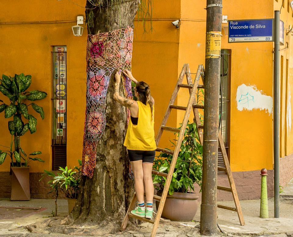 Em uma ação com uma construtora, Letícia crochetou árvores no bairro de Humaitá, no Rio de Janeiro (Foto: arquivo pessoal)