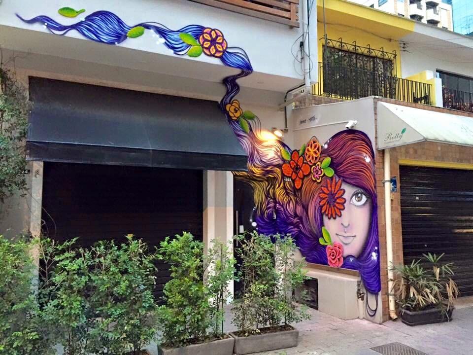 """""""Mulher com flores de crochê no cabelo"""", na rua Guararapes,no Brooklin: parceria com artista Mari Pavanelli (Foto: arquivo pessoal)"""