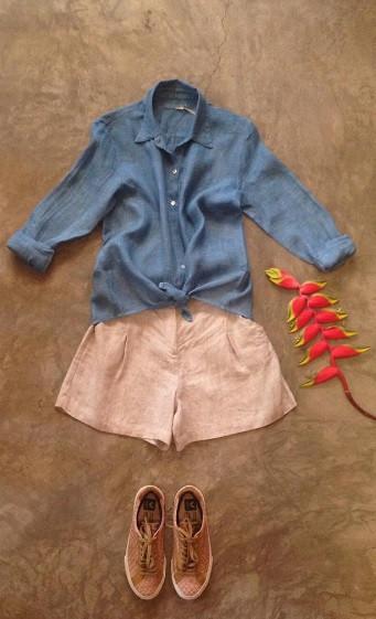 O azul da camisa vem do índigo, um extrato vegetal da aneleira