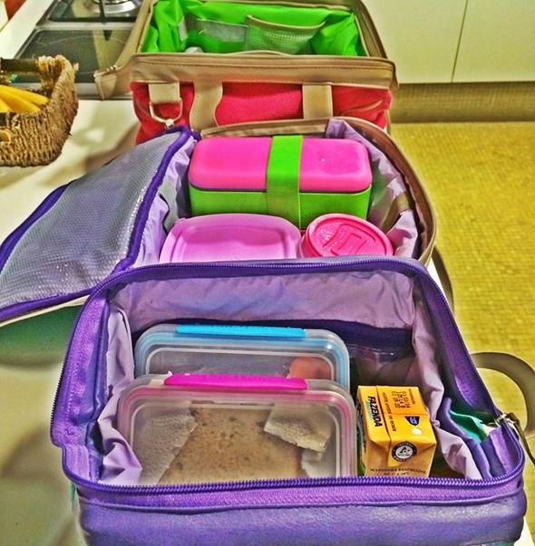 Logo pela manhã, ela arruma as marmitas na lunch bag de cada membro da família (Foto: reprodução)