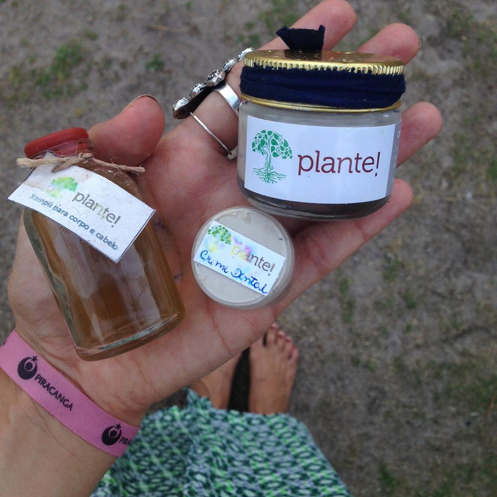 Kit biodegradável de cuidados pessoais: xampú, creme dental e o protetor solar