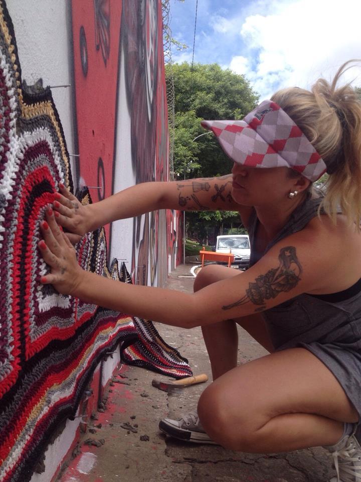 Em ação: Anne usa um cimento especial para colar a lã (Foto: arquivo pessoal)