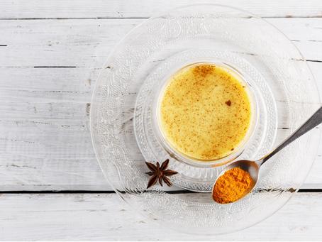 Receita do Golden Milk, bebida de cúrcuma saborosa e antioxidante