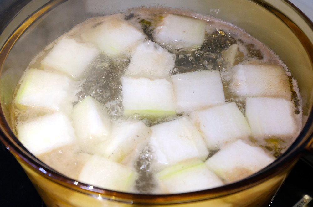 Boiling gourd in a glass pot