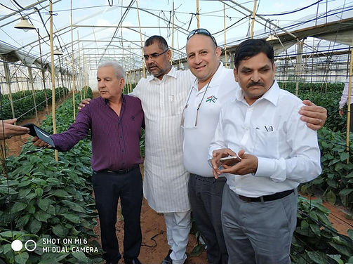 עם שר החקלאות של מהרשטרה במשק מלכה.jpg