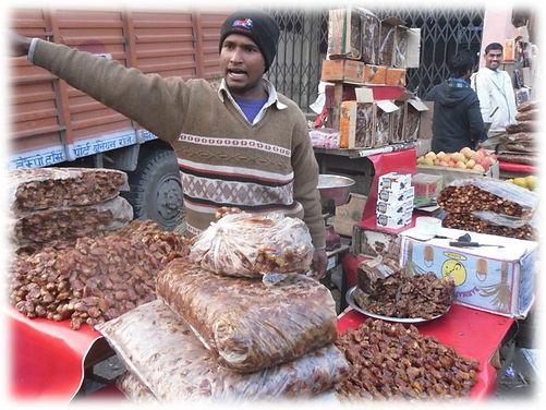 מוכר תמרים בשוק הסיטונאי של דלהי.jpg