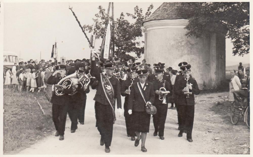 Empfang der Feuerwehr Schwandorf am Ortseingang im Jahr 1951