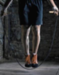 Homme faisant de la corde à sauter