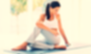 Professeure de yoga calme tapis