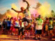 Homme qui saute color run