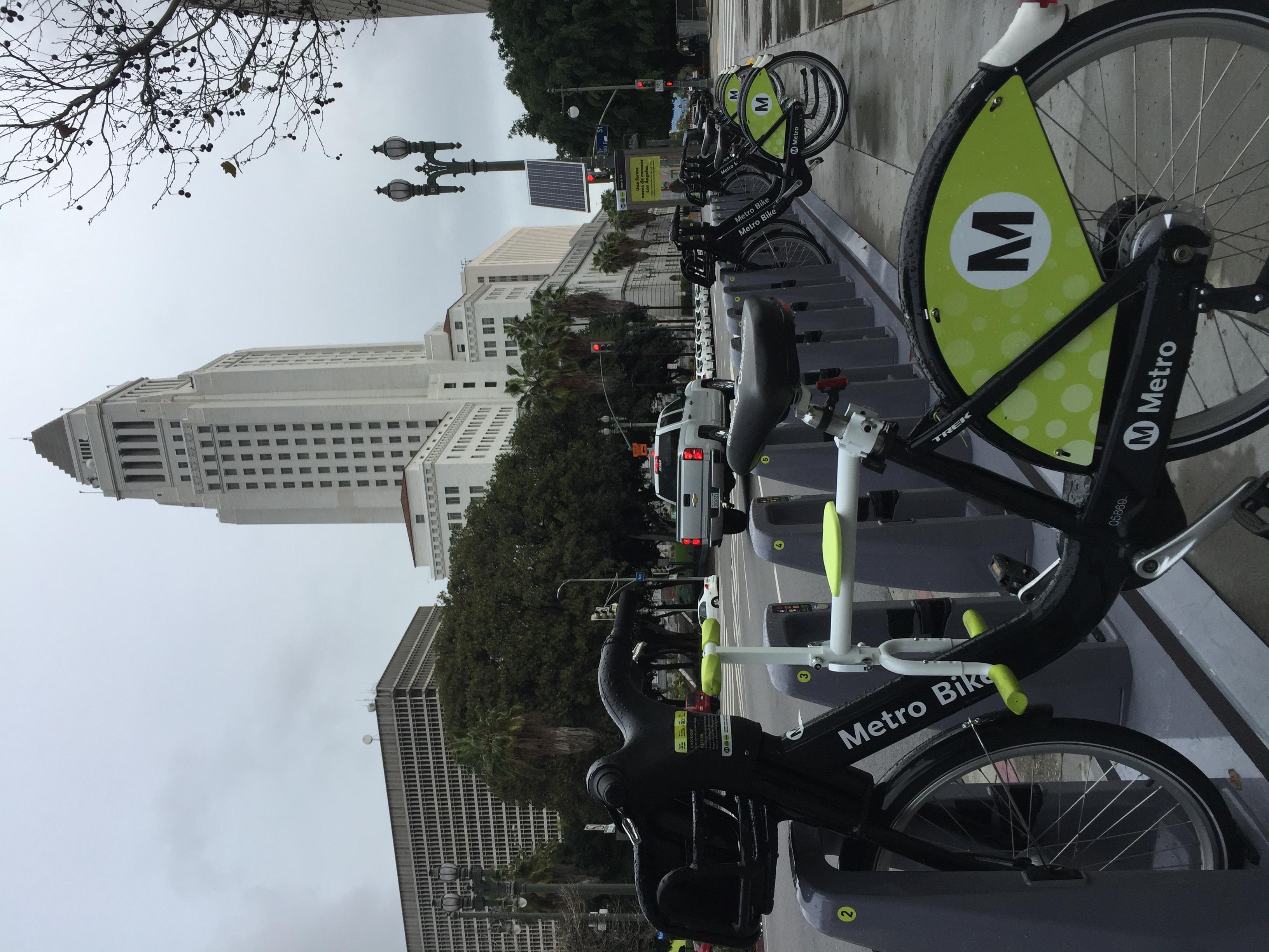 趴趴坐腳踏車兒童坐椅在洛杉磯