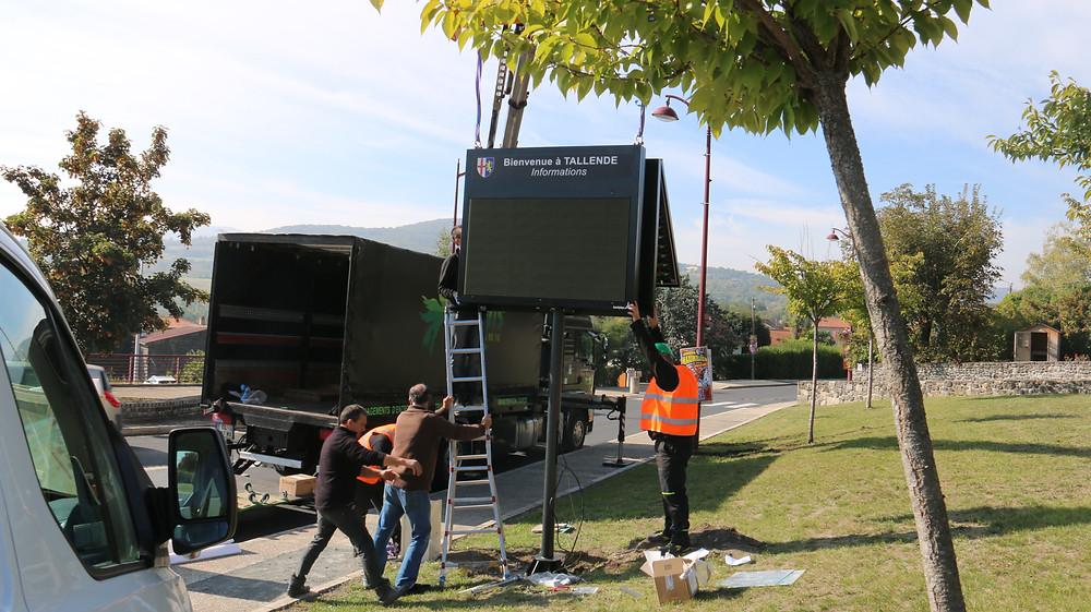 Installation du panneau lumineux © Mairie de Tallende