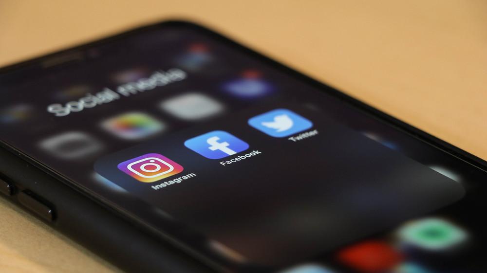 social media phone sceen instagram facebook twitter