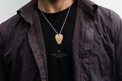 Médiator titane grade 5 bronze porté en colier