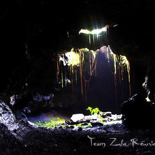Cathédrale puit de lumière dans un tunnel de lave