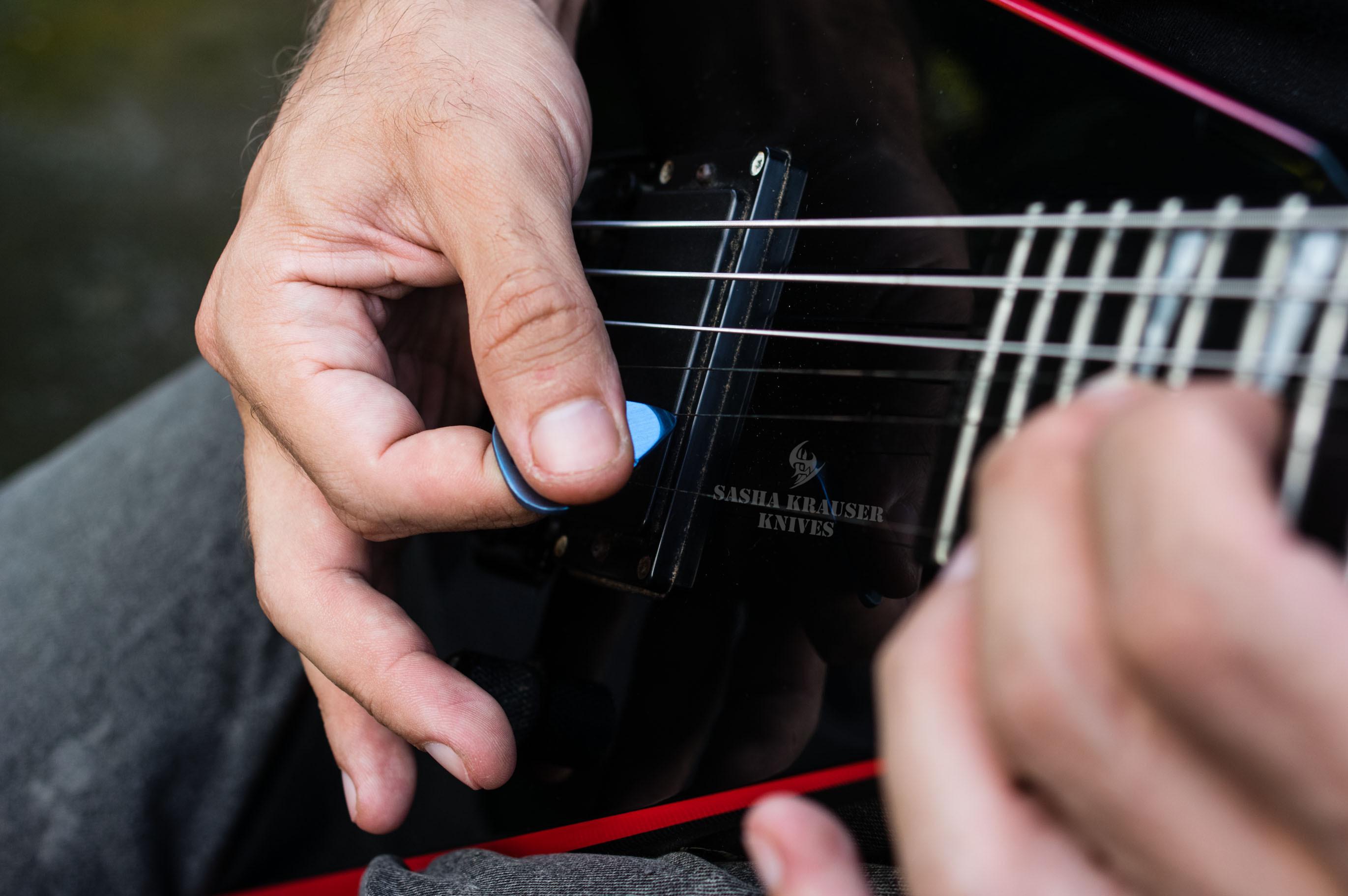mediator guitare titane grade 5 anodizé bleu