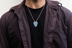 Médiator titane grade 5 bleu porté en colier