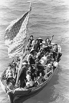 Vietnamese_boat_people_awaiting_rescue_1