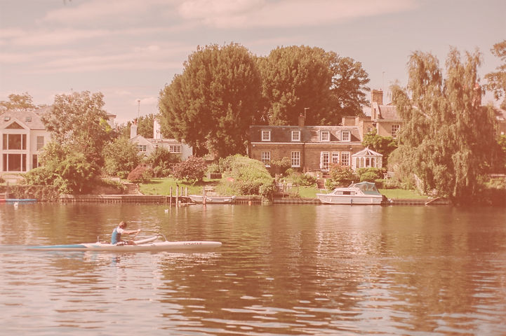 Rower%20training%20on%20the%20river%20thames%20in%20summer_edited.jpg