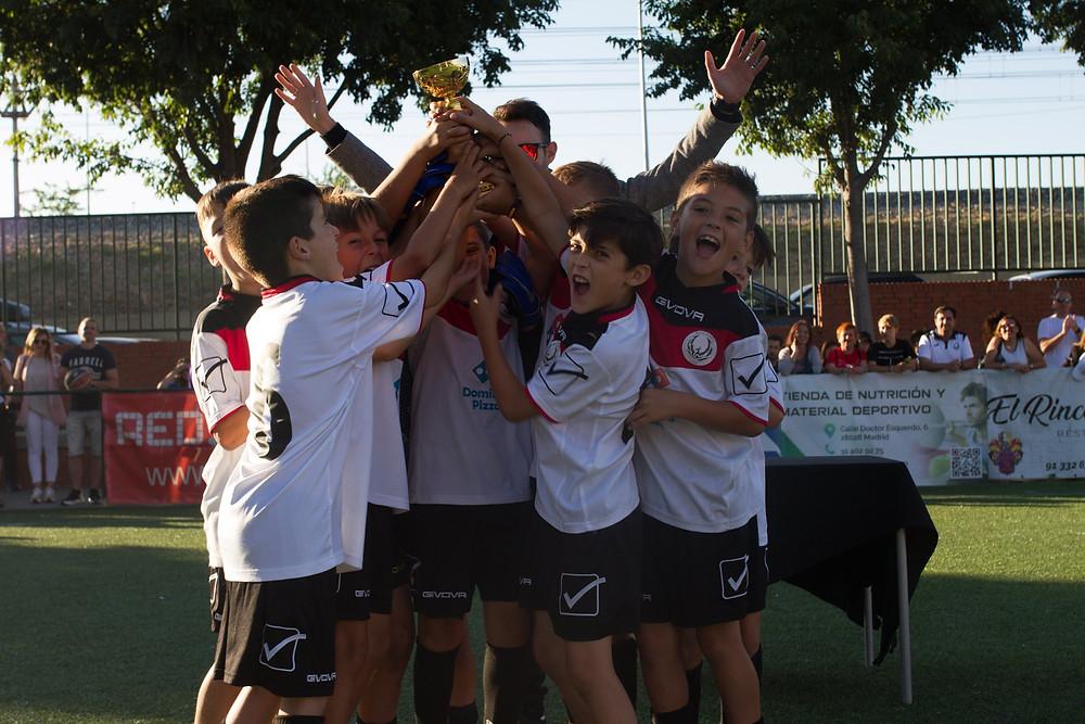 UDM Elida Olimpia levantando la copa de campeón