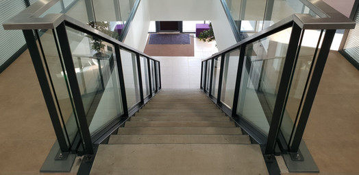 Escalier marches béton garde-corps vitrés