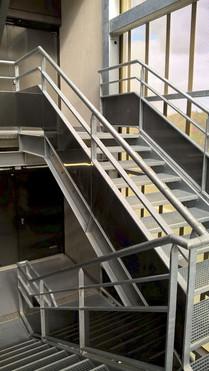 Cage et escalier métallique