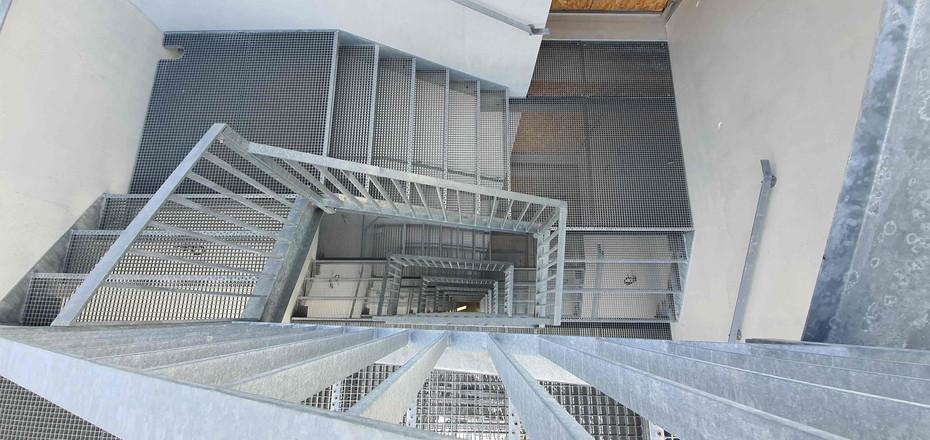 Escalier galvanisé IS bureaux, caillebotis pressé