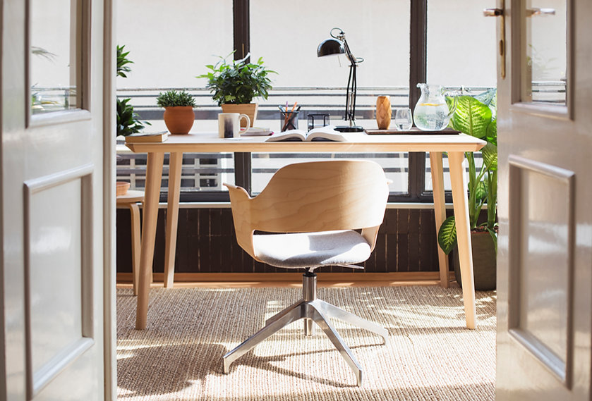 Sauberer moderner Schreibtisch
