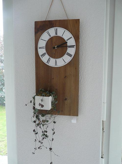 Uhr mit Altholz Brett und Pflanzenschale