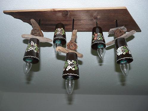 Lampe aus altem Geschirr und Holz