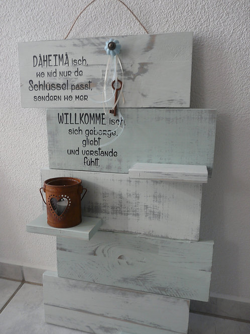 Altholz Brettwand Kalkfarbe mit Spruch und Ablagefläche, Kerzenglas, Dekoriert