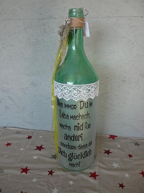 Grosse Glas Flasche mit Beleuchtung und Spruch dekoriert