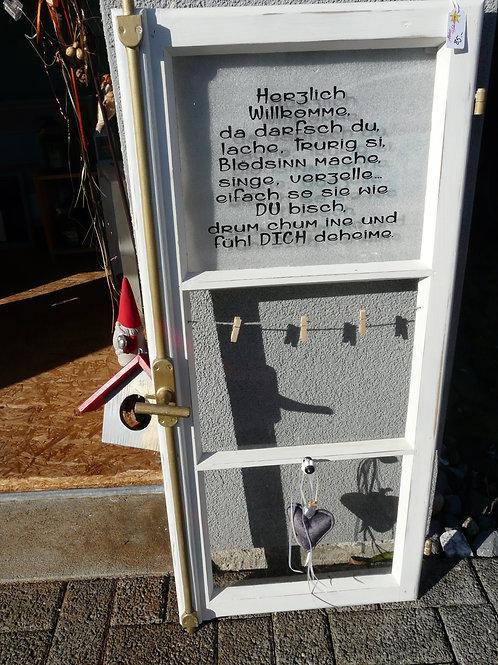 Altes Fenster mit Spruch und Postkartenhalter dekoriert