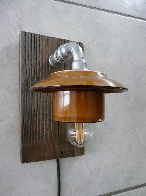 Wandlampe mit Altholz und Kaffeetasse