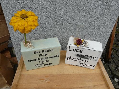 Holz Sockel bemahlt mit Spruch und Reagenz Glas
