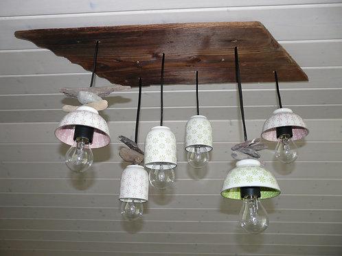 Lampe aus Geschirr und altem Holz