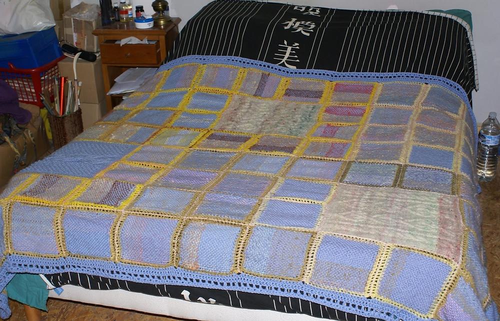 couverture carrés tissés sur lit