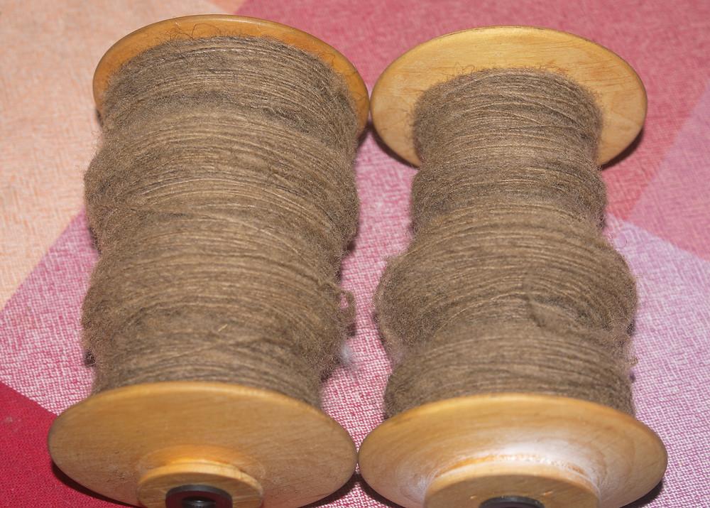 Bobine de laine teintée avec de la mélisse