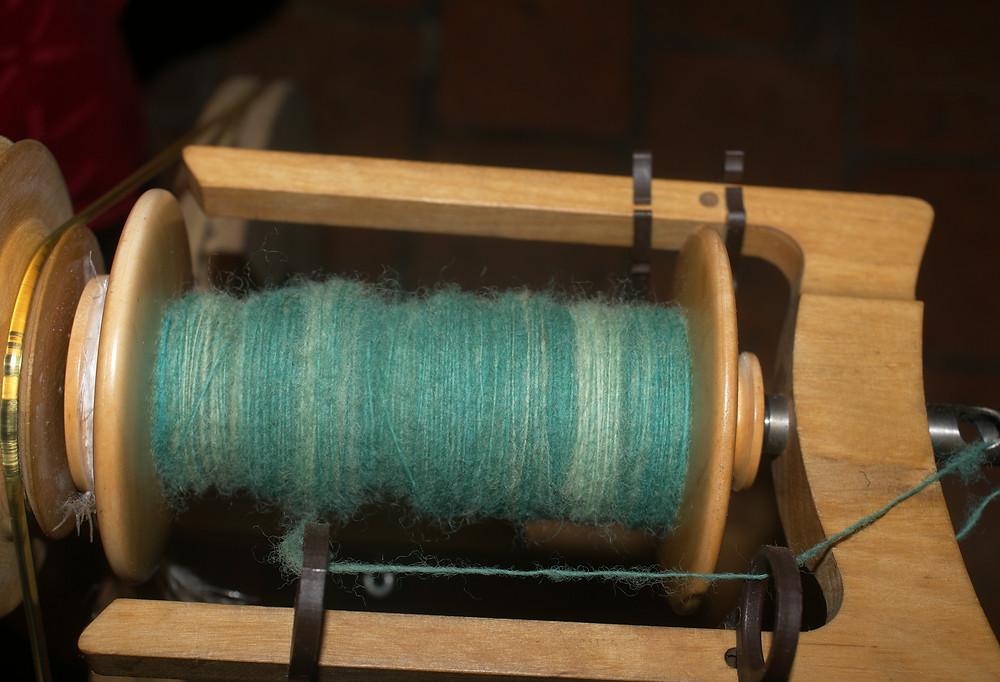 laine en train d'être filée sur bobine et épinglier