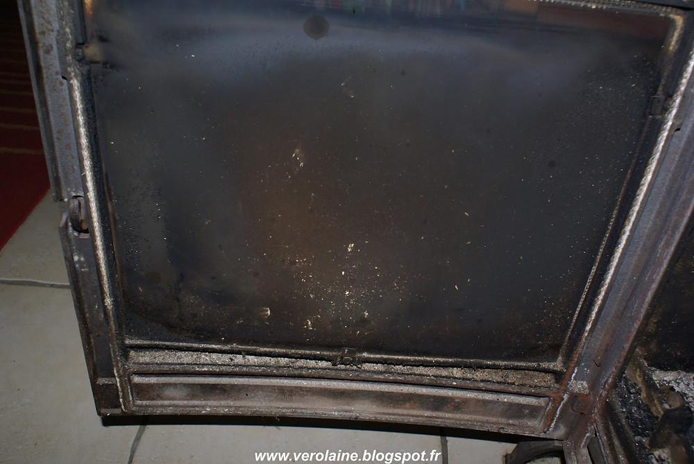 vitre de poêle encrassée et noire